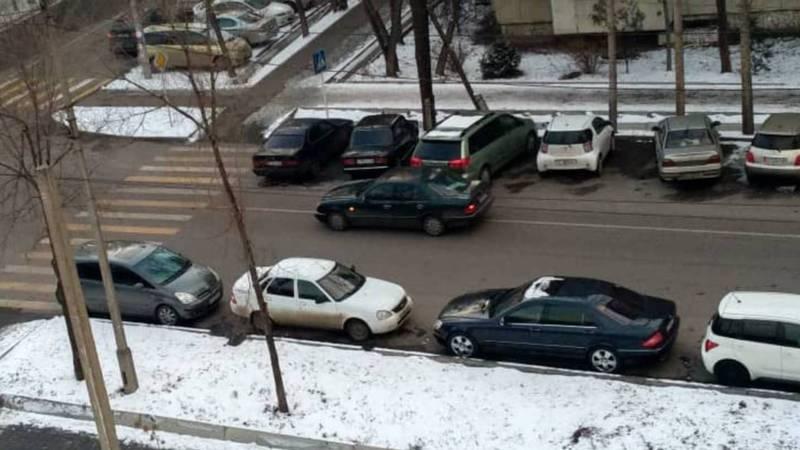 Горожанин спрашивает, на обочине дороги на Тыныстанова-Жумабека разрешена парковка?