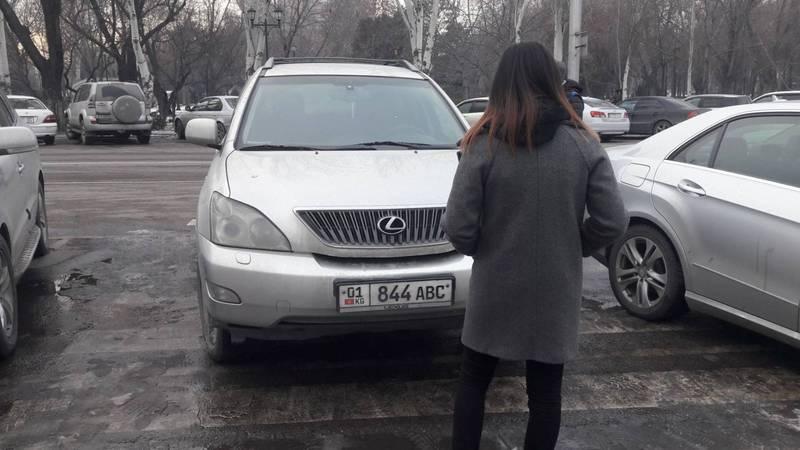 На ул.Шопокова снова припарковались на пешеходном переходе. Фото