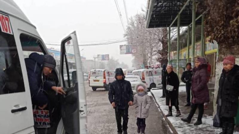 На ул.Масалиева в Оше машины на остановке мешают общественному транспорту, - горожанин