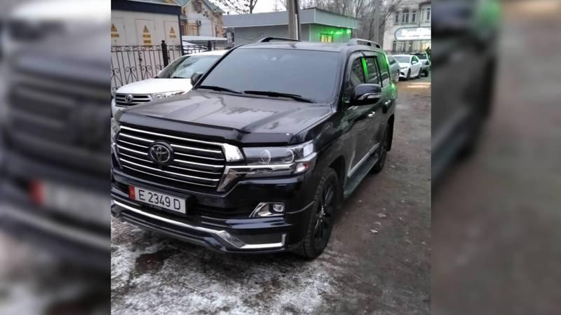 По Бишкеку разъезжает полностью тонированная «Тойота». Фото