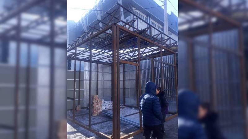 Законно ли на ул.Юнусалиева строят павильон из металлических конструкций?