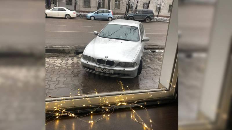 На Манаса-Киевской водитель «БМВ» припарковался на тротуаре. Фото