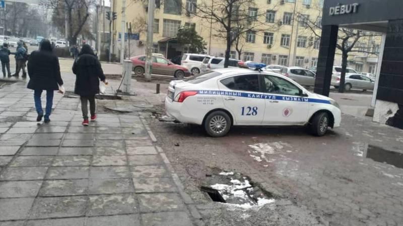 На Киевской-Тыныстанова служебная машина заехала на тротуар. Фото