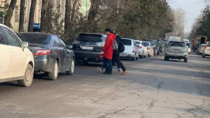 На ул.Тоголок Молдо машины, припаркованные на обочине мешают дорожному движению. Фото