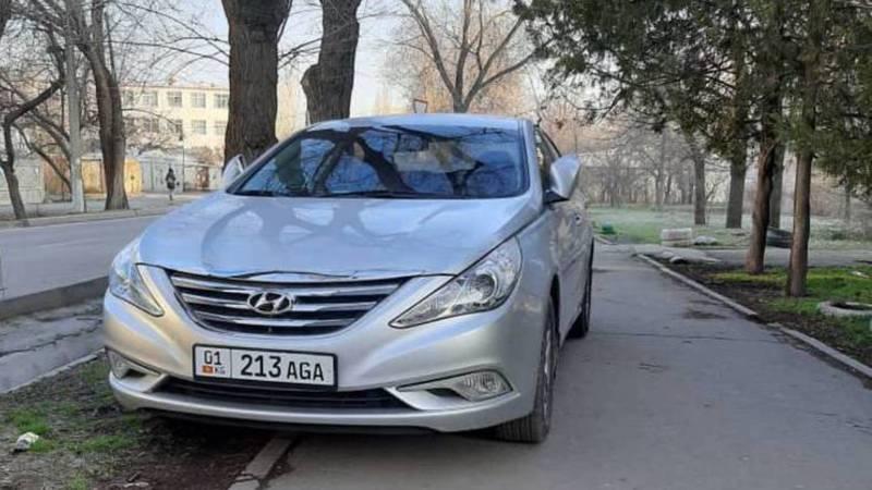 На Суеркулова-Абая водитель «Хендай» припарковался на тротуаре. Фото