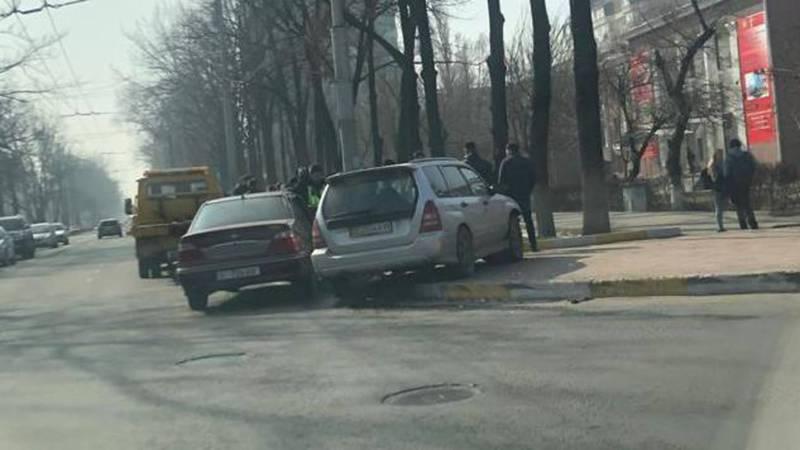 На Манаса-Фрунзе произошло ДТП. Фото