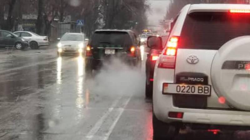 На ул.Юнусалиева машина инкассаторов едет по встречной полосе. Фото