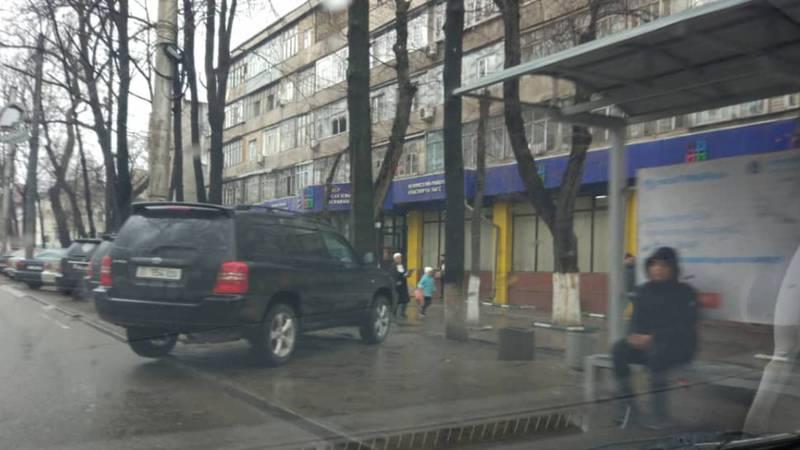 На бульваре Молодой Гвардии внедорожник припарковали на остановке. Фото