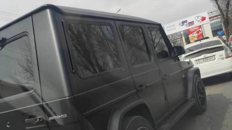 В Бишкеке едет полностью тонированный «Мерседес». Фото