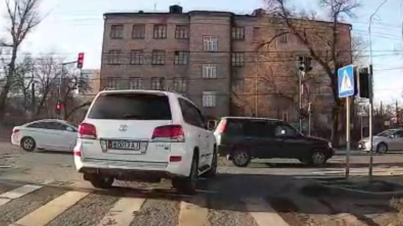 В Бишкеке водитель «Лексуса» проехал на красный свет светофора. Видео