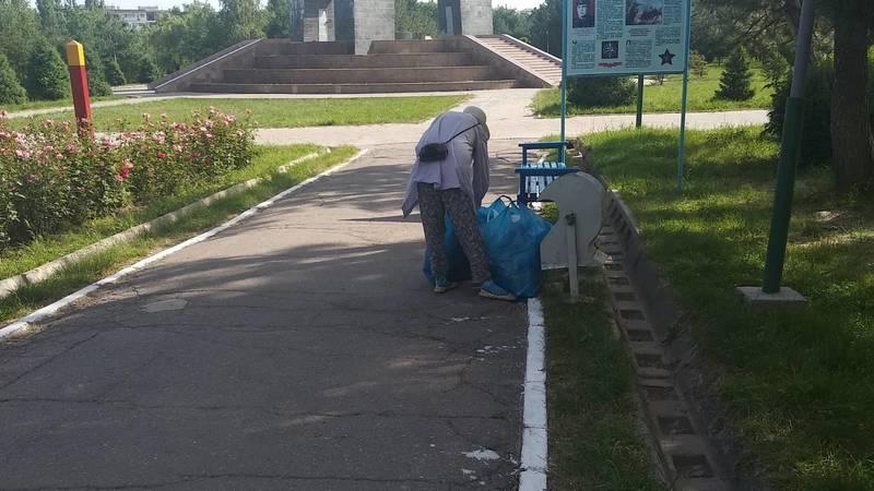 Уборщицы мусора в Парке Победы носят тяжелые пакеты. Почему им не выдали тачки? - горожанка. Видео