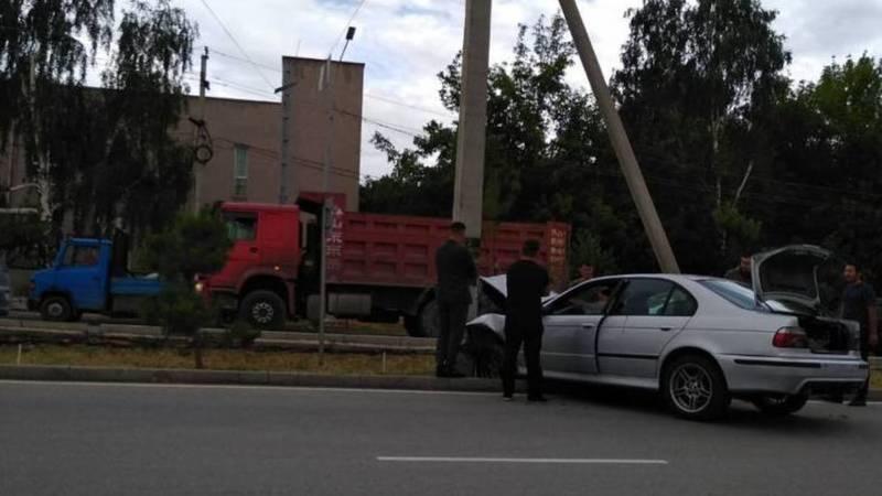 Автомашина врезалась в столб на ул.7 апреля. Фото