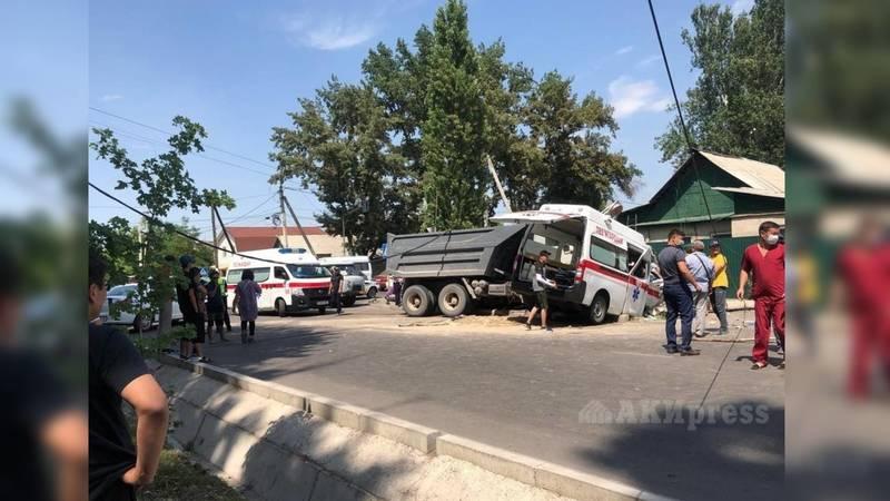 В ДТП с участием КамАЗа и скорой пострадали три человека