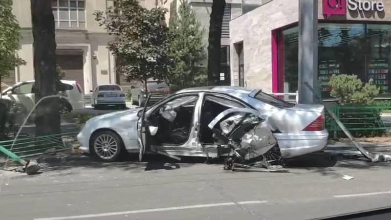 На ул.Байтик Баатыра столкнулись «Хонда» и «Мерседес». Видео очевидца