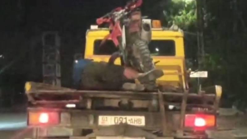 Мужчина угнал мотоцикл, когда его везли на эвакуаторе. Видео