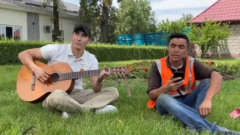 Сотрудник «Тазалыка» красиво поет песню группы «Любэ». Видео