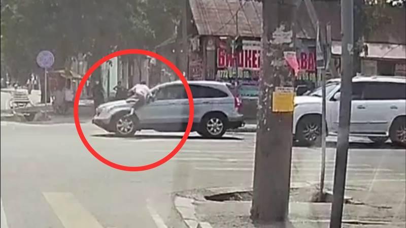 Автонаезд в районе Ошского рынка в Бишкеке попал на видео