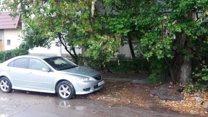 Оставленные на ул.Матросова мусор и бетонную плиту убрали, - Бишкектеплосеть