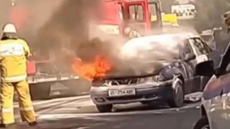 В центре Оша загорелся автомобиль. Видео