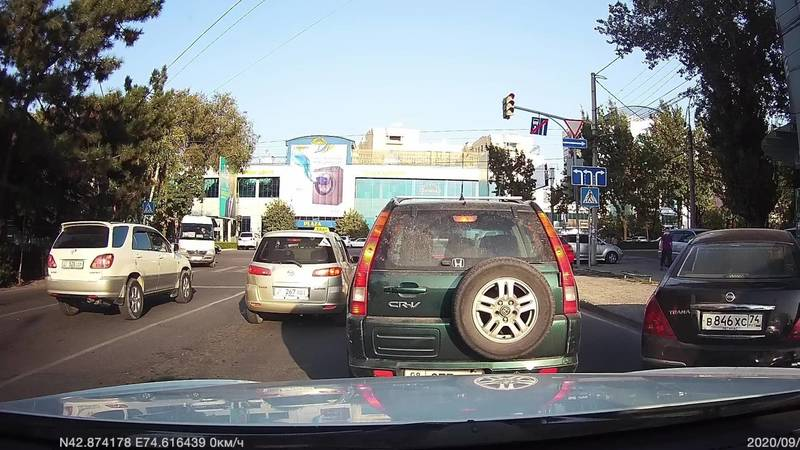 На Киевской два таксиста свернули на Ибраимова со второй полосы. Видео
