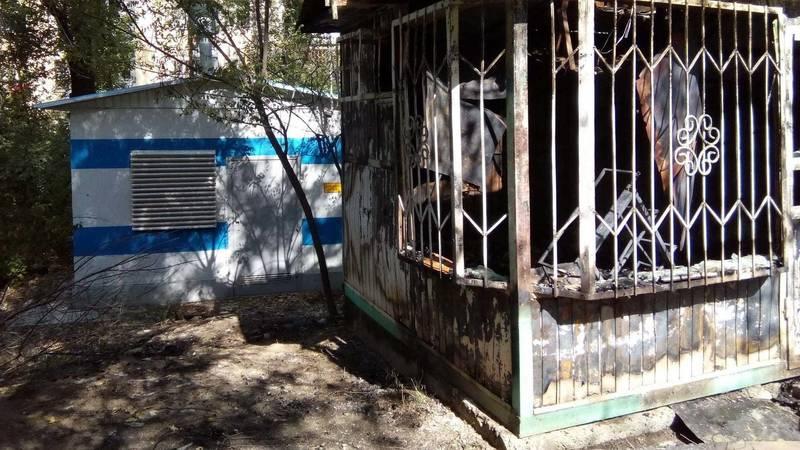 В 5 мкр сгорел заброшенный павильон возле газораспределителя. Фото