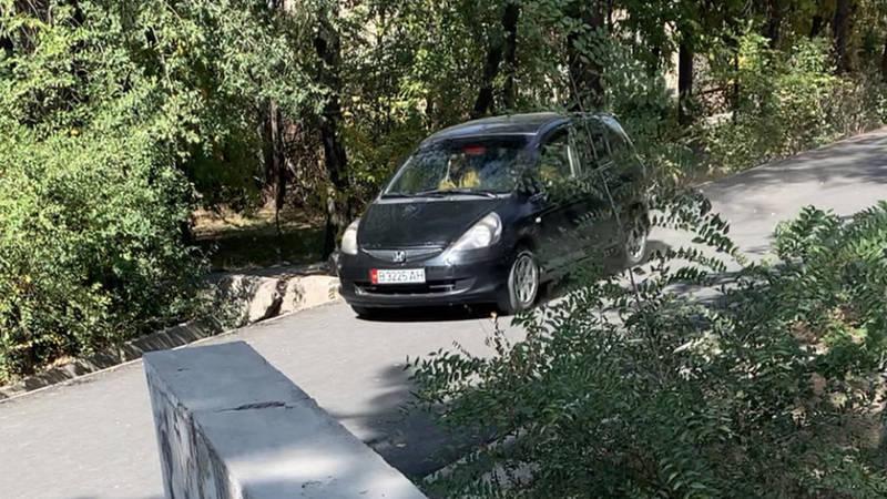 Водитель припарковал свою «Хонду» на тротуаре в 10 мкр