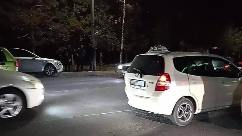 На ул.Каралаева «Ауди» врезался в «Фит». Видео с места аварии