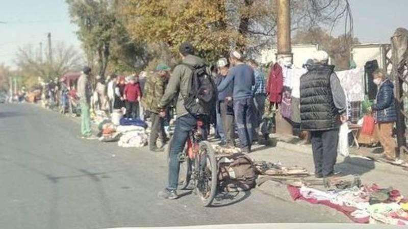 Бишкекчанка Медина просит мэрию убрать блошиный рынок на Московской. Фото