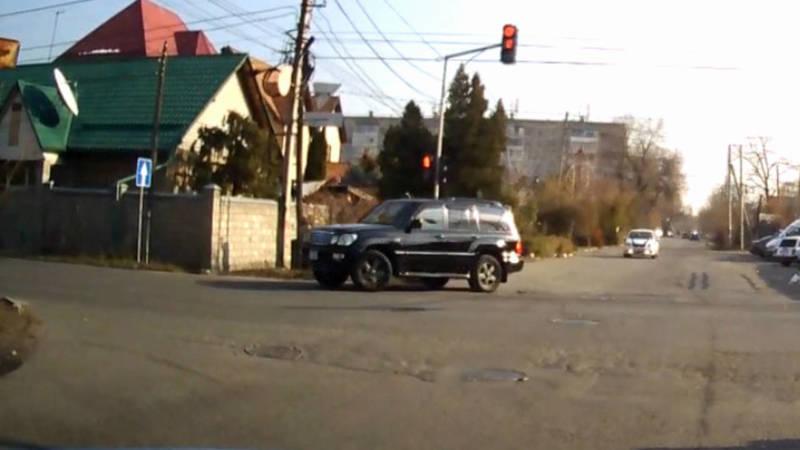 Lexus LX 470 повернул на красный. Патрульные все видели, но ничего не сделали, - очевидец