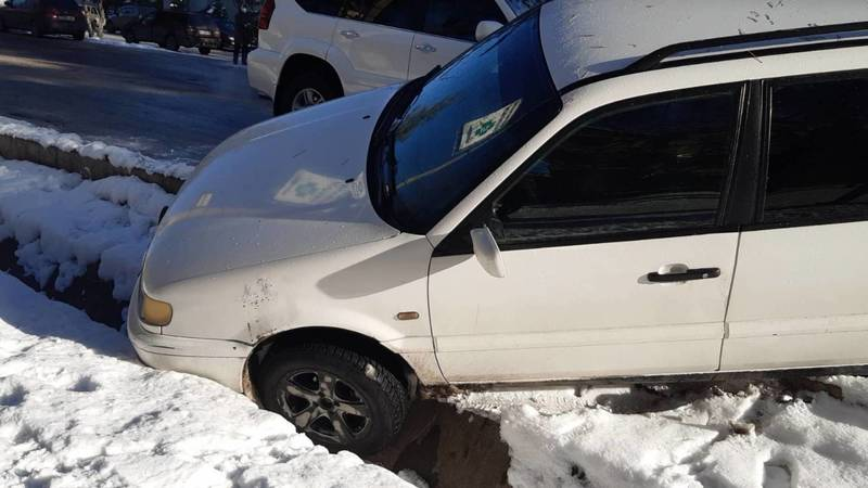 Водитель не поставил машину на «ручник» и она провалилась в арык