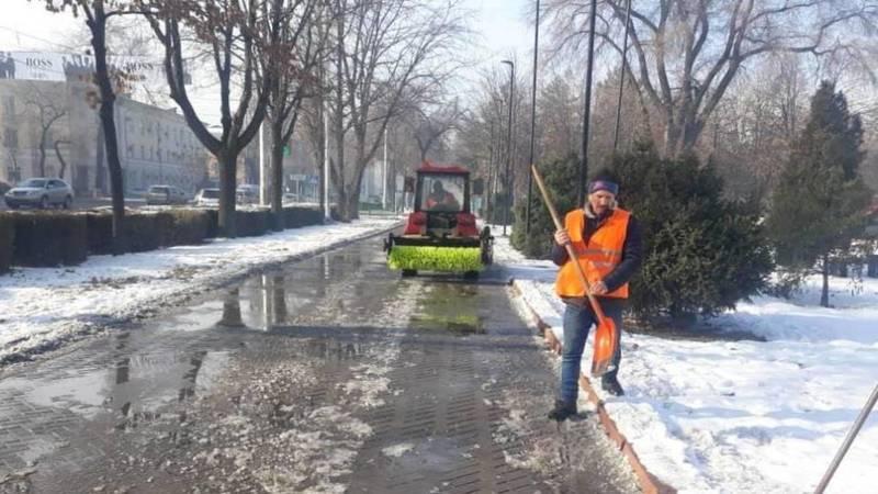«Тазалык» после обращения горожанки очистил ото льда тротуар в центре Бишкека. Фото