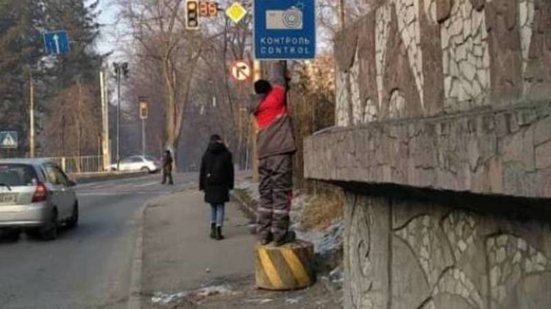 Дорожный знак на Молодой Гвардии передвинули с середины тротуара. Фото