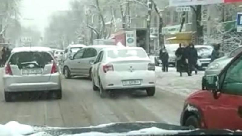 Горожанин жалуется на грязь на улицах в центре города. Видео