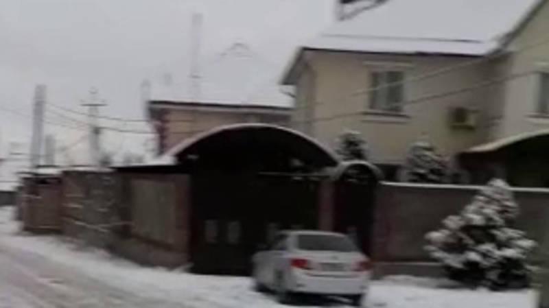 На Ахунбаева провод со столба касается крыши гаража жилого дома, - горожанин