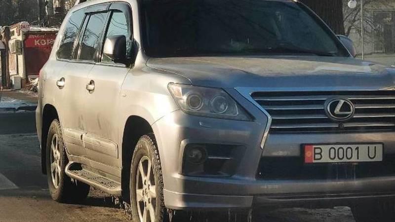Бишкекчанин припарковал свой Lexus LX 570 на проезжей части на Исанова