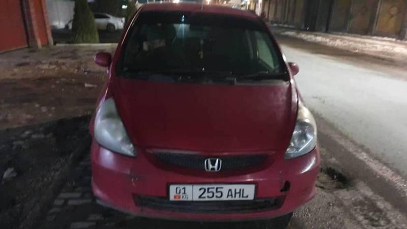 Машина «Яндекс Go» припаркована на тротуаре в селе Орто-Сай. Фото