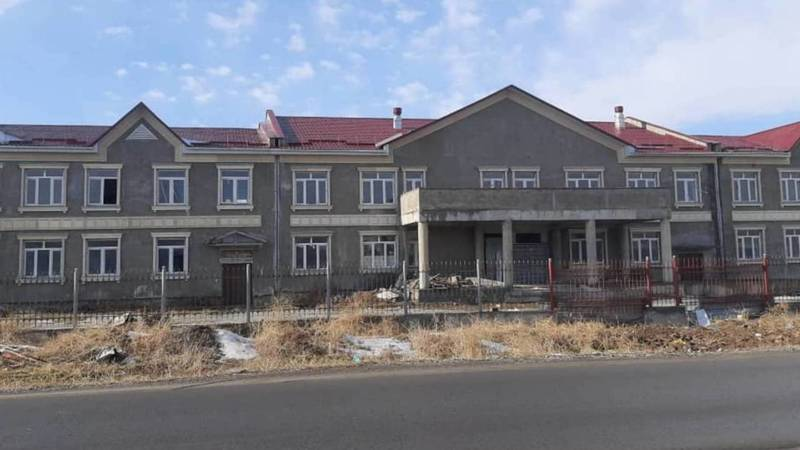 В Военно-Антоновке не могут достроить школу, строительство которой началось в 2011 году. Фото