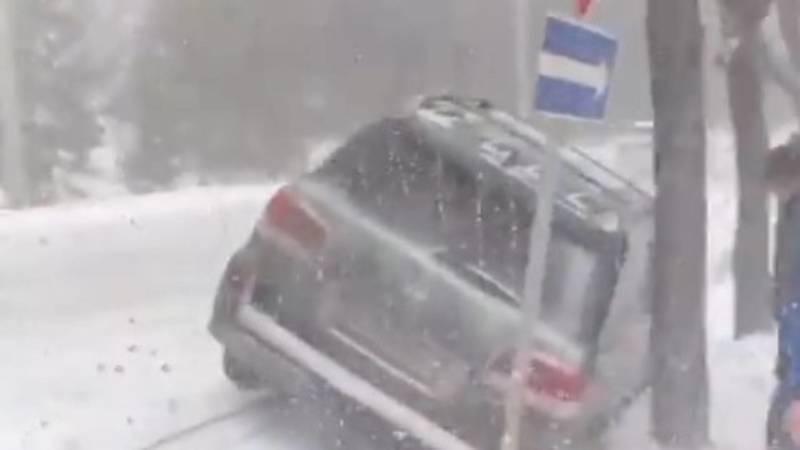 Из-за гололеда Lexus LX 570 залетел в арык. Видео и фото