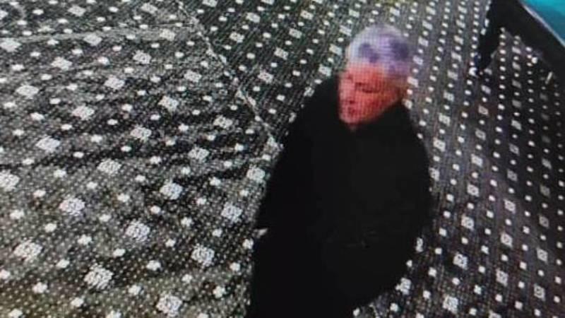 В Джале пьяный мужчина украл шар в бильярдном клубе. Видео