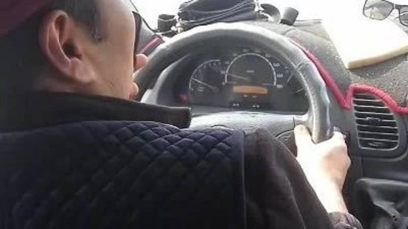 Водитель маршрутки №204 во время движения разговаривает по телефону. Видео пассажира