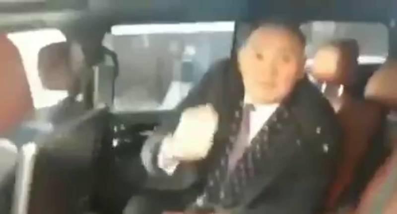 Депутат Камчыбек Жолдошбаев показал дулю и обматерил человека. Видео