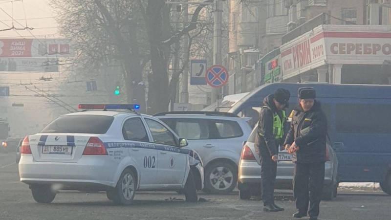 В центре Бишкека произошло ДТП с участием машины патрульной милиции