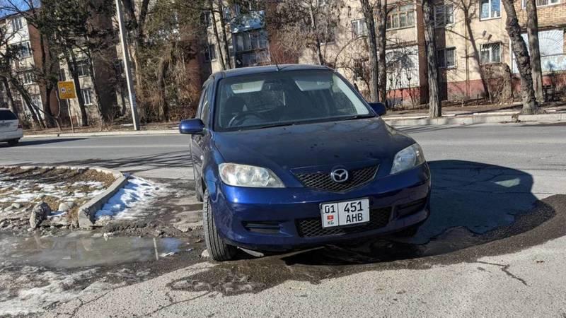 «Мазду» припарковали прямо на повороте в 11 мкр, жалуются водители