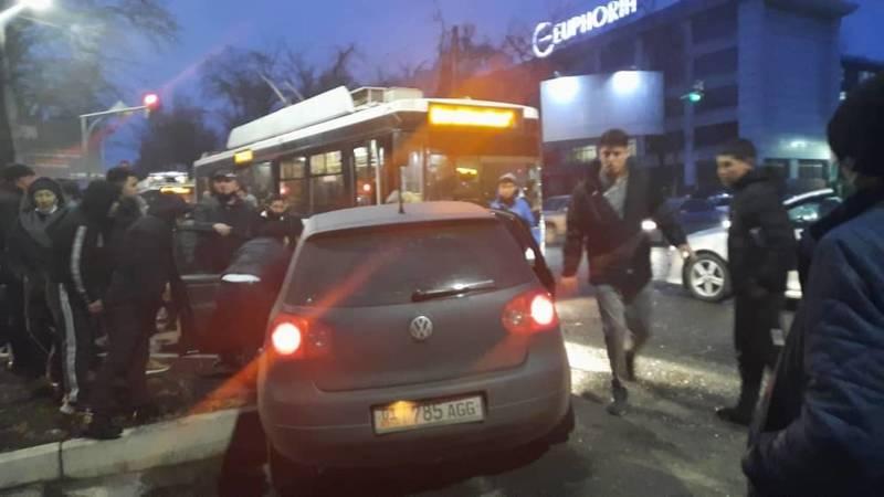 Троллейбус протаранил автомашину на ул.Московской