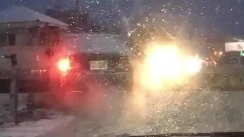 «Хонда» застряла, проезжая железную дорогу на красный сигнал светофора. Видео