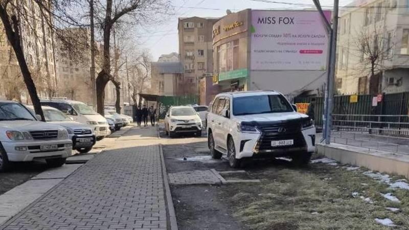 Lexus LX 570 припаркован на газоне на Московской. Фото горожанина