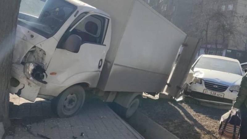 На Московской грузовик врезался в дерево. Фото очевидца