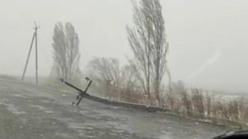 В селе Алмалуу четыре бетонных столба упали на дорогу. Видео