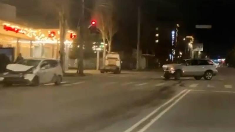 На Юнусалиева столкнулись BMW X5 и «Фит». Видео с места аварии