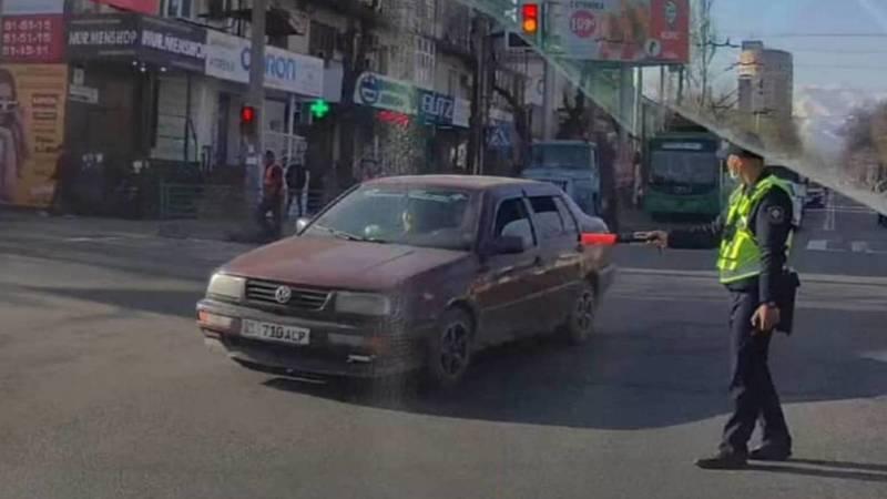 Водитель «Фольксвагена» едва не создал аварию, проигнорировав знак регулировщика. Видео